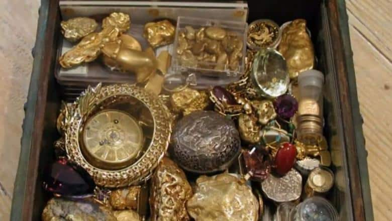 un cufăr de bronz plin cu monede de aur
