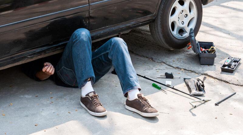 Tanar de 19 ani in stare grava dupa ce a fost prins sub masina pe care incerca sa o repare
