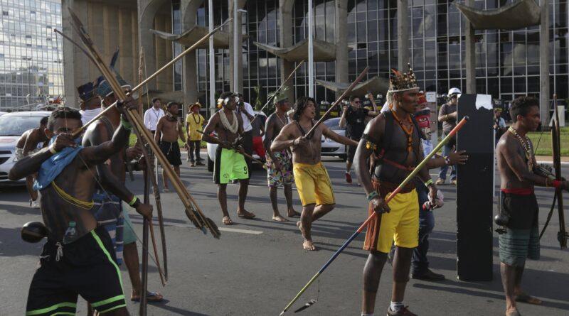 Confruntări violente în Brazilia unde protestatarii indigeni au atacat cu săgeți poliția