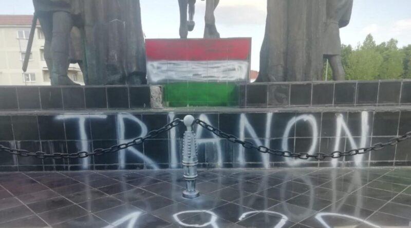 Statuia lui Mihai Viteazul din Sfântu Gheorghe a fost vandalizată cu vopsea în culorile steagului Ungariei